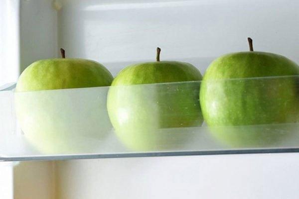 Táo có thể bảo quản trong tủ lạnh khá lâu đến tận 1 tháng. Tuy nhiên, muốn chúng giữ được độ tươi ngon, bạn không được để chúng đụng nhau. Tốt nhất, bạn quấn mỗi trái vào tờ giấy riêng.