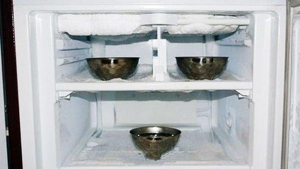 Nước ấm cũng làm tan tuyết trên tủ lạnh