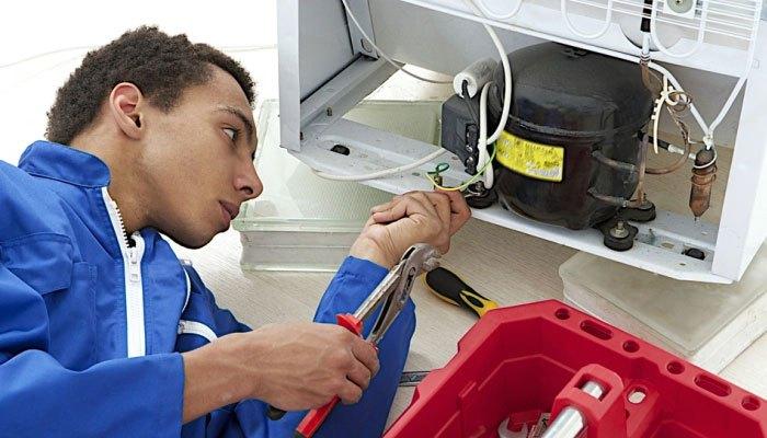 Để an toàn, bạn nên gọi thợ đến sửa tủ lạnh