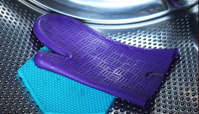 Bao tay silicon cũng có thể làm sạch bằng máy giặt đó nhé