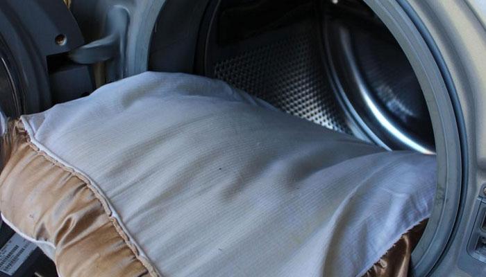 Máy giặt sẽ giúp bạn siêng năng giặt gối hơn