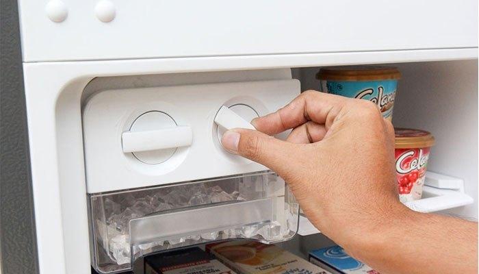 Bạn chỉ cần xoay nhẹ khay tủ lạnh Electrolux là đã lấy được đá nhanh chóng