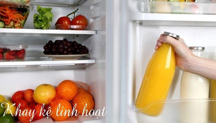 Khay kệ linh hoạt giúp bạn dễ dàng sắp xếp thực phẩm bên trong tủ lạnh Electrolux