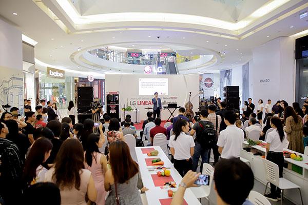 Ngày đầu tiên của sự kiện đã thu hút rất nhiều sự quan tâm từ người tiêu dùng và báo chí.