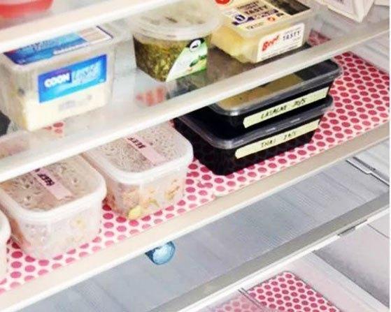 Đừng bỏ đi những mảnh giấy màu thừa tại văn phòng bạn. Hãy đem chúng về và lót lên ngăn tủ lạnh. Nhìn xem vừa đẹp mắt lại vừa sạch sẽ nữa đúng không nào?