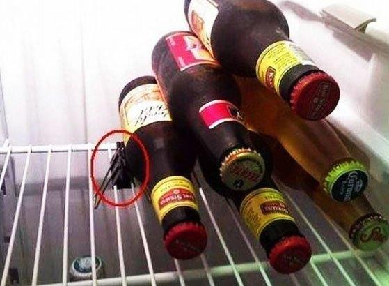 Với những chai thủy tinh bỏ vào tủ lạnh không cẩn thận sẽ dễ bị ngã đổ rất nguy hiểm. Một chiếc kẹp giấy sẽ giải quyết vấn đề đó ngay!