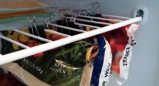Ngoài ra, kẹp giấy còn giúp bạn treo những bao thức ăn, để tiết kiệm diện tích hơn trong tủ lạnh đấy!