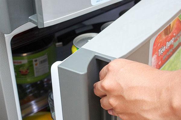Vệ sinh thường xuyên, thay gas định kỳ,... là những cách giúp tủ lạnh hoạt động bền bỉ