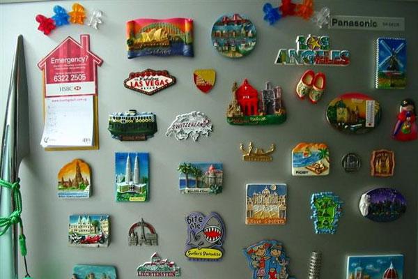 Nam châm trang trí đầy mặt tủ lạnh cũng là nguyên nhân gây ra tiếng ồn