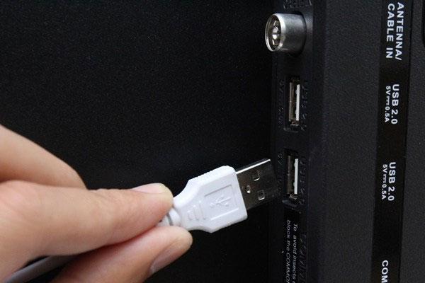 Cắm dây chuột, bàn phím vào cổng USB trên tivi