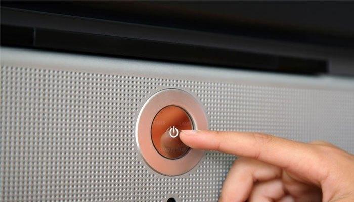 Tắt nguồn điện hoàn toàn với nút Power trên Smart tivi
