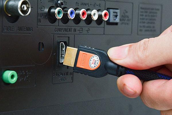 Cổng HDMI giúp truyền tải hình ảnh và âm thanh từ laptop lên tivi chất lượng