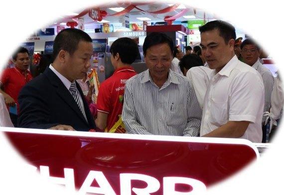 Khách hàng vui vẻ chọn sản phẩm yêu thích với sự tư vấn nhiệt tình của các nhân viên tại Nguyễn Kim Bạc Liêu