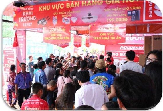 Nguyễn Kim Bạc Liêu đón tiếp rất nhiều khách hàng đến tham quan vàmua sắm ngay khi Trung tâm vừa kéo băng khai trương