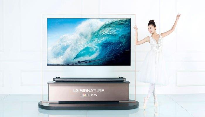 Đồng Ánh Quỳnh The Face bên cạnh tivi LG OLED Signature W