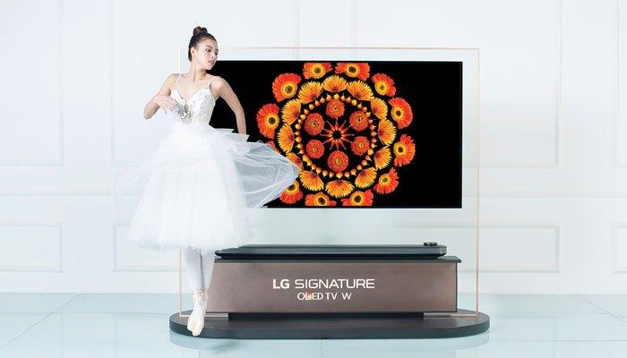 Tú Hảo diễn cùng tivi LG OLED Signature W