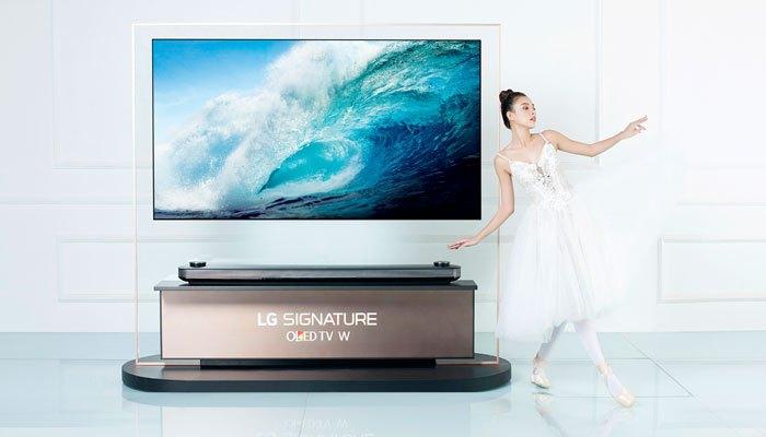 Thiết kế siêu mỏng của tivi LG OLED Signature W đã tôn lên vẻ thanh thoát của Tú Hảo