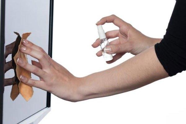 Dùng khăn lau kính có thể khiến màn hình tivi LCD bị trầy