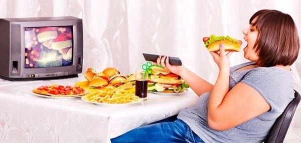 Vừa ăn vừa xem tivi sẽ có hại cho tiêu hóa của mẹ bầu