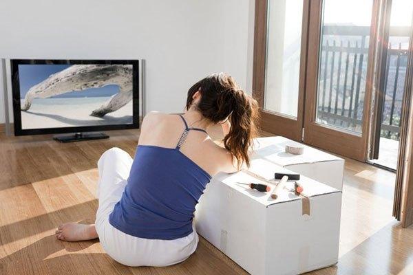Hãy mở cửa phòng cho không khí được trao đổi khi xem tivi