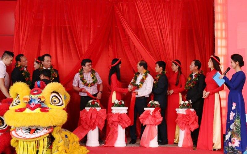Và chuẩn bị kéo băng khai trương Trung tâm mua sắm Nguyễn Kim Quận 7.