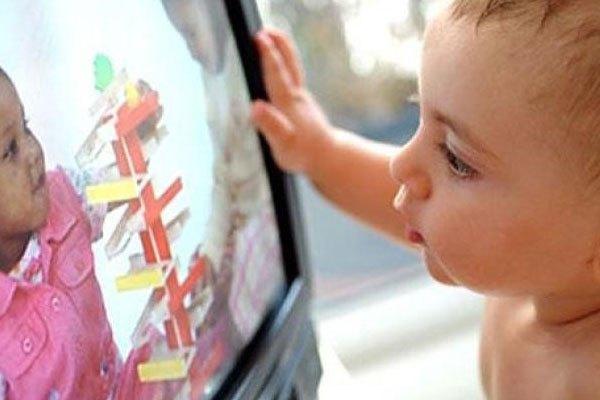 Não bộ và hệ thần kinh của trẻ sẽ bị ảnh hưởng nặng nề vì thường xuyên xem tivi