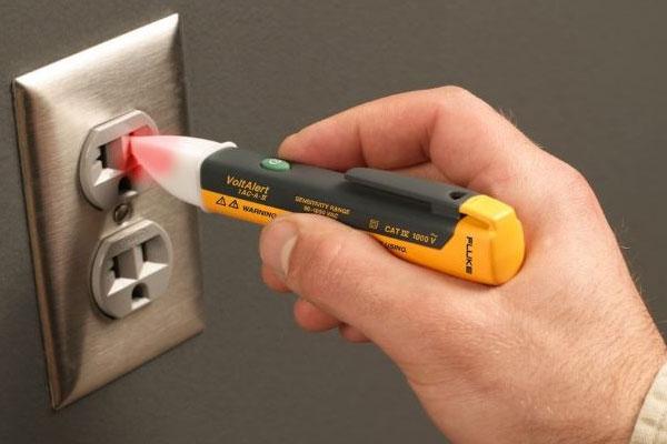 Kiểm tra ổ cắm tivi bằng bút thử điện