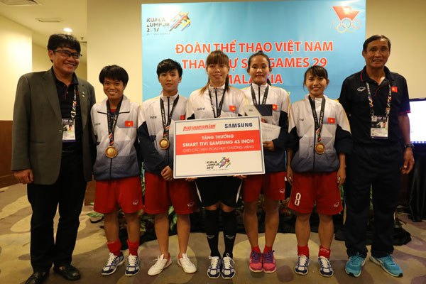 Vui cùng thành tích đội tuyển nữ Việt Nam đạt được trong SEA Games 29, Nguyễn Kim đã trao thưởng nóng chiếc Smart tivi 43 inch