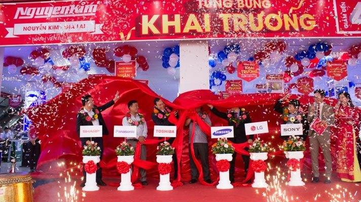 Cùng nhau cắt băng khánh thành, Trung tâm mua sắm Nguyễn Kim Gia Lai chính thức đi vào hoạt động.