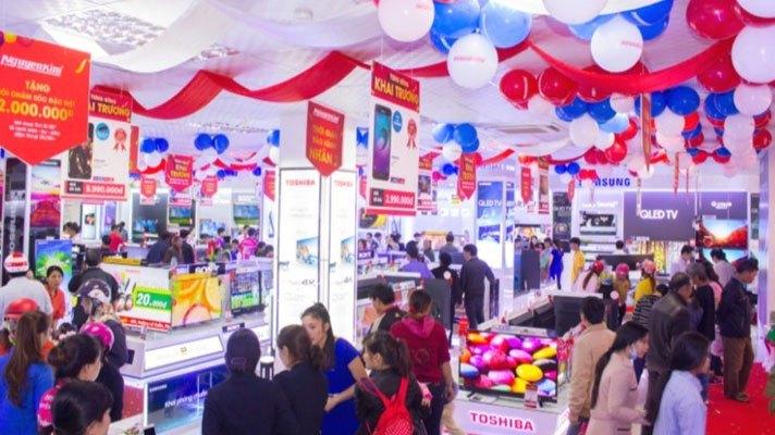 Khách hàng đến tham quan và mua sắm rất đông trong ngày hoạt động đầu tiên của Nguyễn Kim Gia Lai.