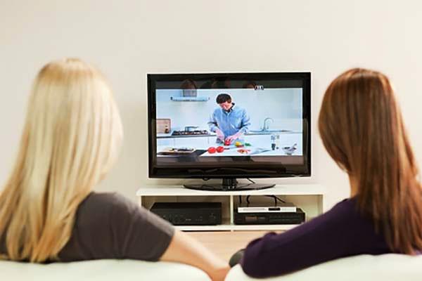 Nếu bạn chỉ có nhu cầu cơ bản như xem phim, truyền hình..., tivi thông thường đã đủ đáp ứng