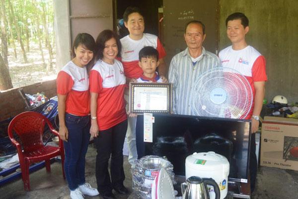 Nguyễn Kim hy vọng những phần quà điện tử tiêu dùng sẽ tạo thêm động lực chogia đình các em học sinh giỏi vượt khó