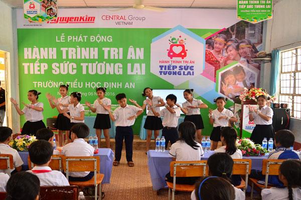 """Nối tiếp các hoạt động phục vụ cộng đồng, hỗ trợ sự phát triển bền vững của đất nước, năm 2017 Nguyễn Kim tiếp tục triển khai chương trình """"Hành trình tri ân – Tiếp sức tương lai"""""""