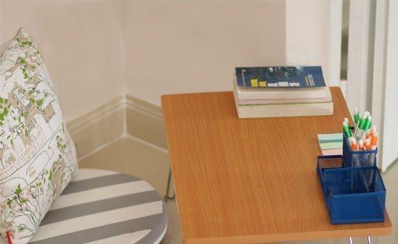 Bàn học sinh vân gỗ Ohi@ma HMT-3050L thiết kế gọn gàng
