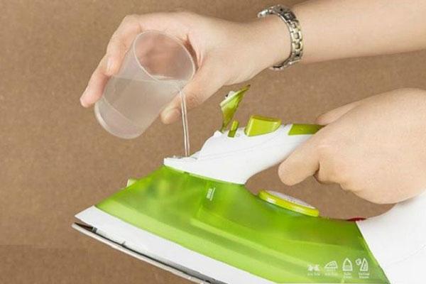 Luôn chú ý mực nước trong bình,không nên để nước bị cạn trong lúc dùng bàn ủi ủi quần áo