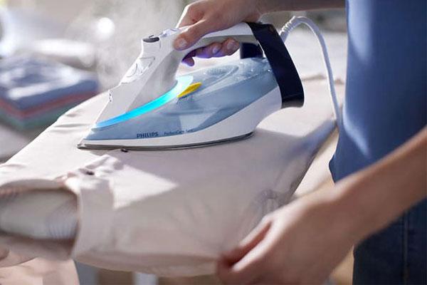 Di chuyển bàn ủi liên tục trong quá trình để tránh vô tình gây cháy quần áo
