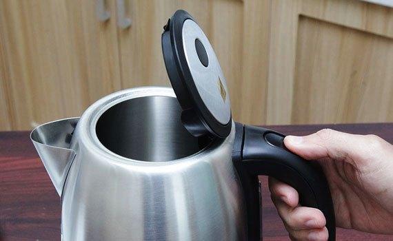 Nút mở nắp nằm trên tay cầm của bình đun siêu tốc Aqua AJK-F765 2200W