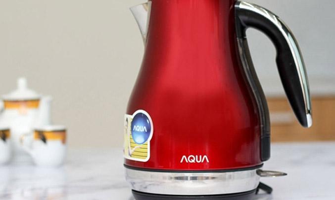 Nút mở nắp nằm trên tay cầm của Bình đun Aqua AJK-F794(R)