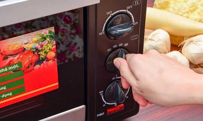 Lò nướng được thiết kế nút vặn điều chỉnh nhiệt độ từ 100-250 độ C,