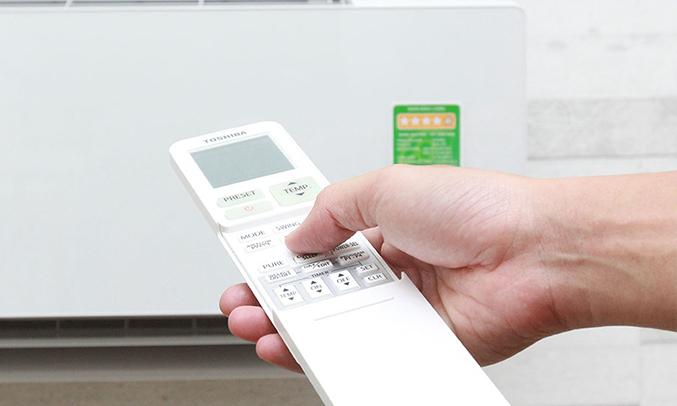 máy lạnh ToshibaRAS-H13G2KCVP-V có remote tiện dụng