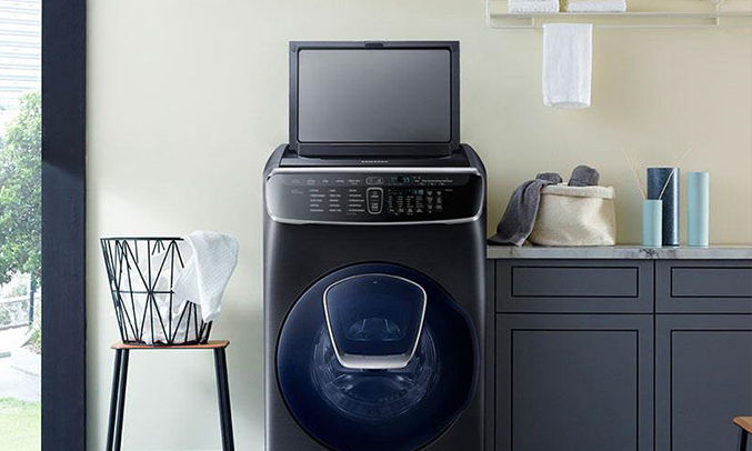 Máy giặt Samsung 21kg WR24M9960KV/SV thêm quần áo khi đang vận hành