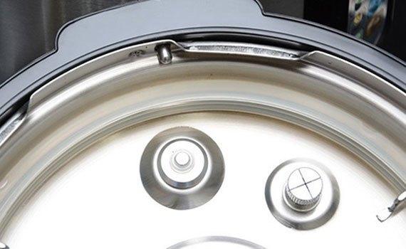 Nắp nồi áp suất Philips HD2136 còn có van khóa an toàn