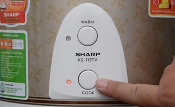 Nồi cơm điện Sharp KS-11ETV đơn giản sử dụng với hai nút điều chỉnh