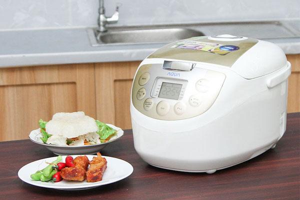Cơm ngon được nấu bằng nồi cơm điện tử Aqua sẽ giúp bữa ăn gia đình thêm hấp dẫn đấy!