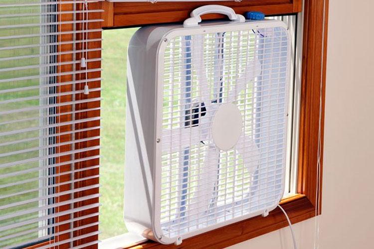 Quạt máy đặt tại cửa sổ sẽ giúp mang khí lạnh tràn vào phòng