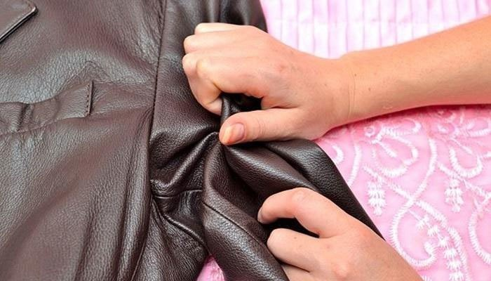 Dùng tay làm mềm quần áo da