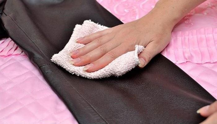 Sau khi dùng máy sấy tóc, bạn dùng khăn mềm lau lại quần áo da