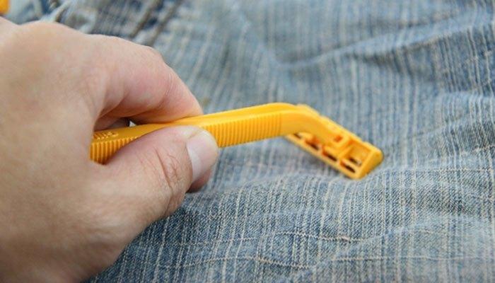Cánh mày râu luôn than phiền dao cạo dễ bị lục? Để chúng sắc bén trở lại, hãy cạo nó trên một quần jeans bỏ đi. Mỗi lần cạo 20 nhát, sau đó đổi sang lưỡi dao bên kia rồi cạo 20 nhát nữa là được.