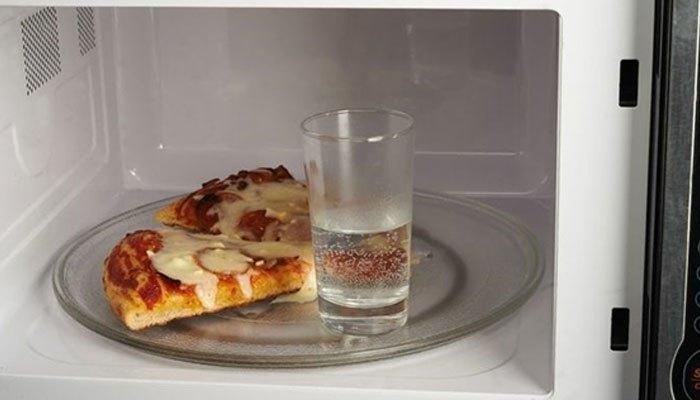 Để thức ăn không bị khô sau khi hâm lại, chỉ cần bỏ vào một cốc nước vào lò vi sóng là mọi chuyện sẽ được giải quyết ngay.
