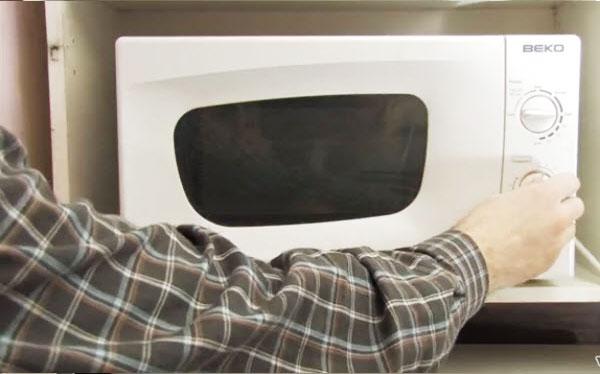 Chỉnh lò hoạt động ở chế độ vừa trong vòng 5 phút. Sau đó, bạn dùng một chiếc khăn khô lau sạch dầu mỡ trên thành lò. Lấy đĩa xoay thủy tinh rửa sạch bằng nước rửa chén rồi lau khô, lắp lại vào lò vi sóng.